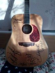 гитара с автографами